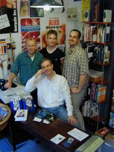 Die Buchhändler von Männerschwarm - im damaligen Laden am Neuen Pferdemarkt